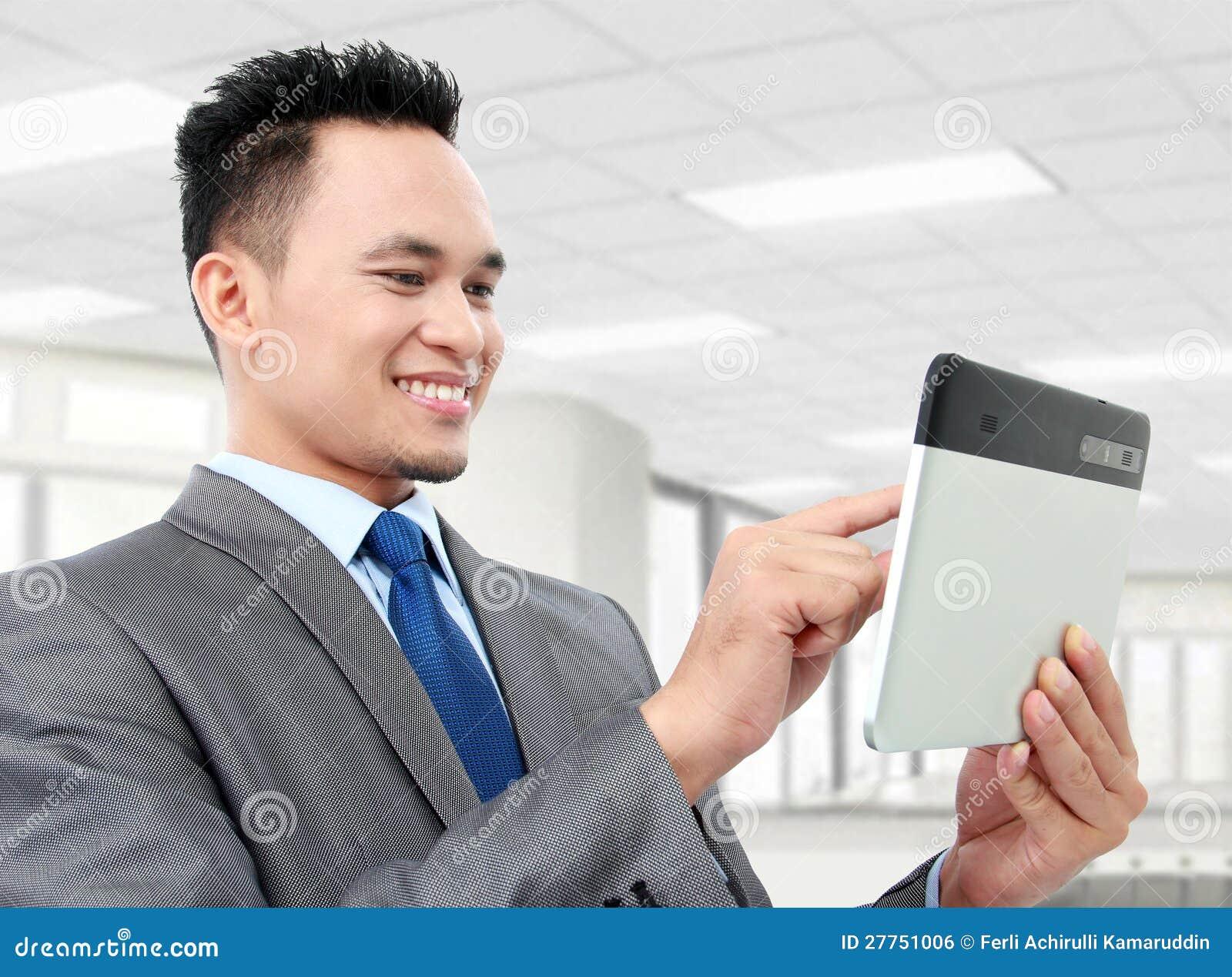 Homme d affaires avec le PC de tablette