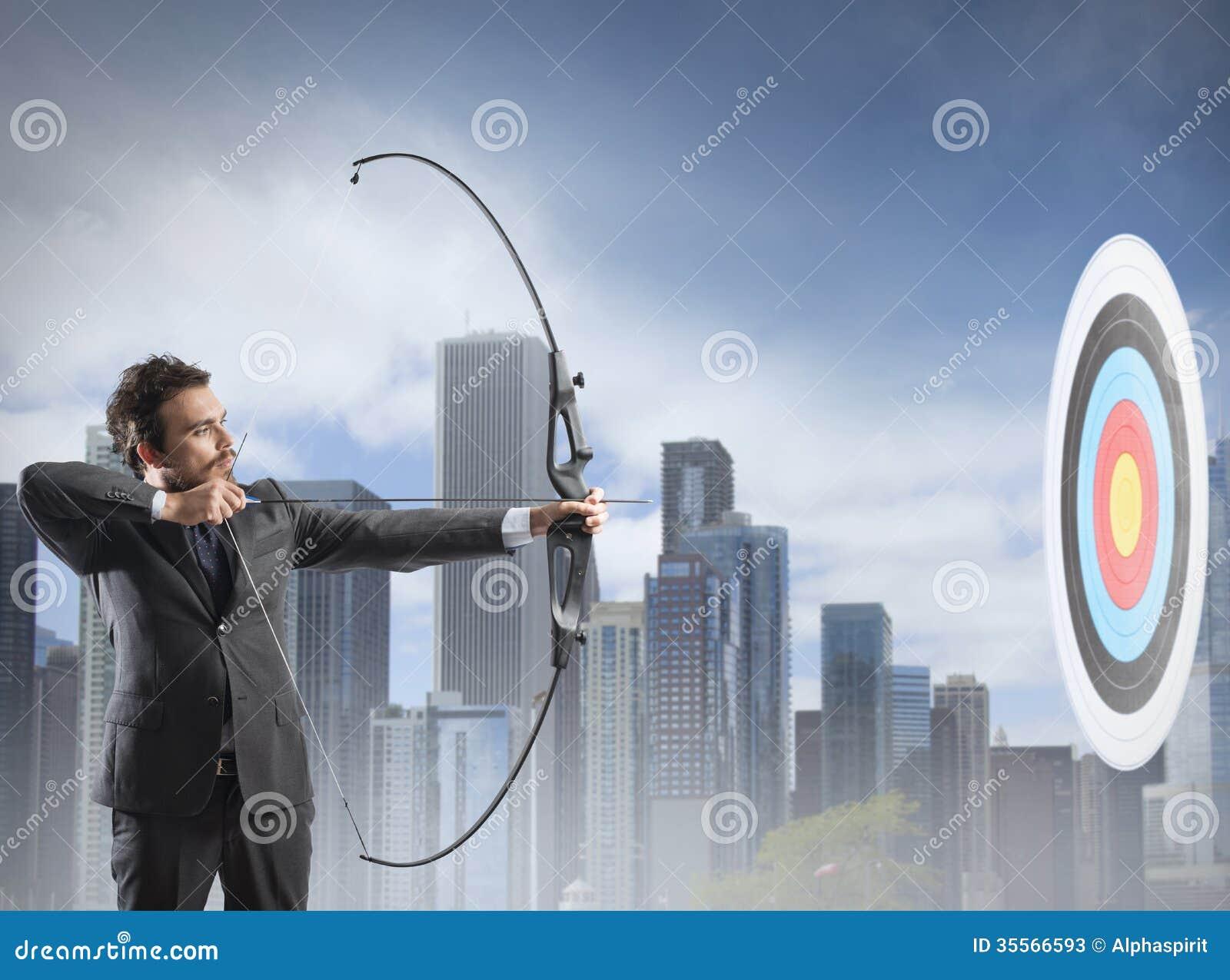 Homme d affaires avec le tir à l arc
