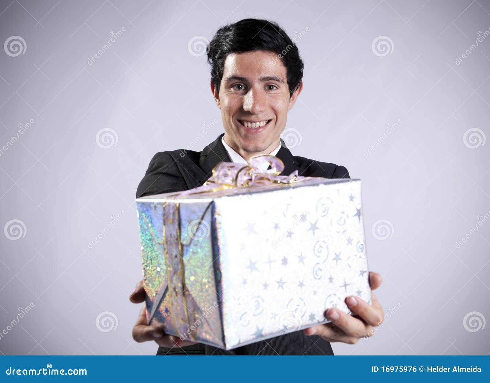 Homme d affaires avec un module de cadeau