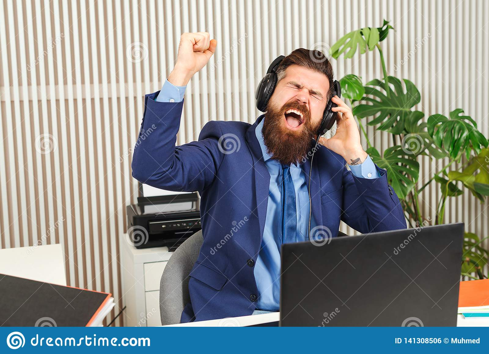 Homme d affaires barbu enthousiaste dans des écouteurs sur le lieu de travail Homme réussi travaillant dans le bureau coworking H