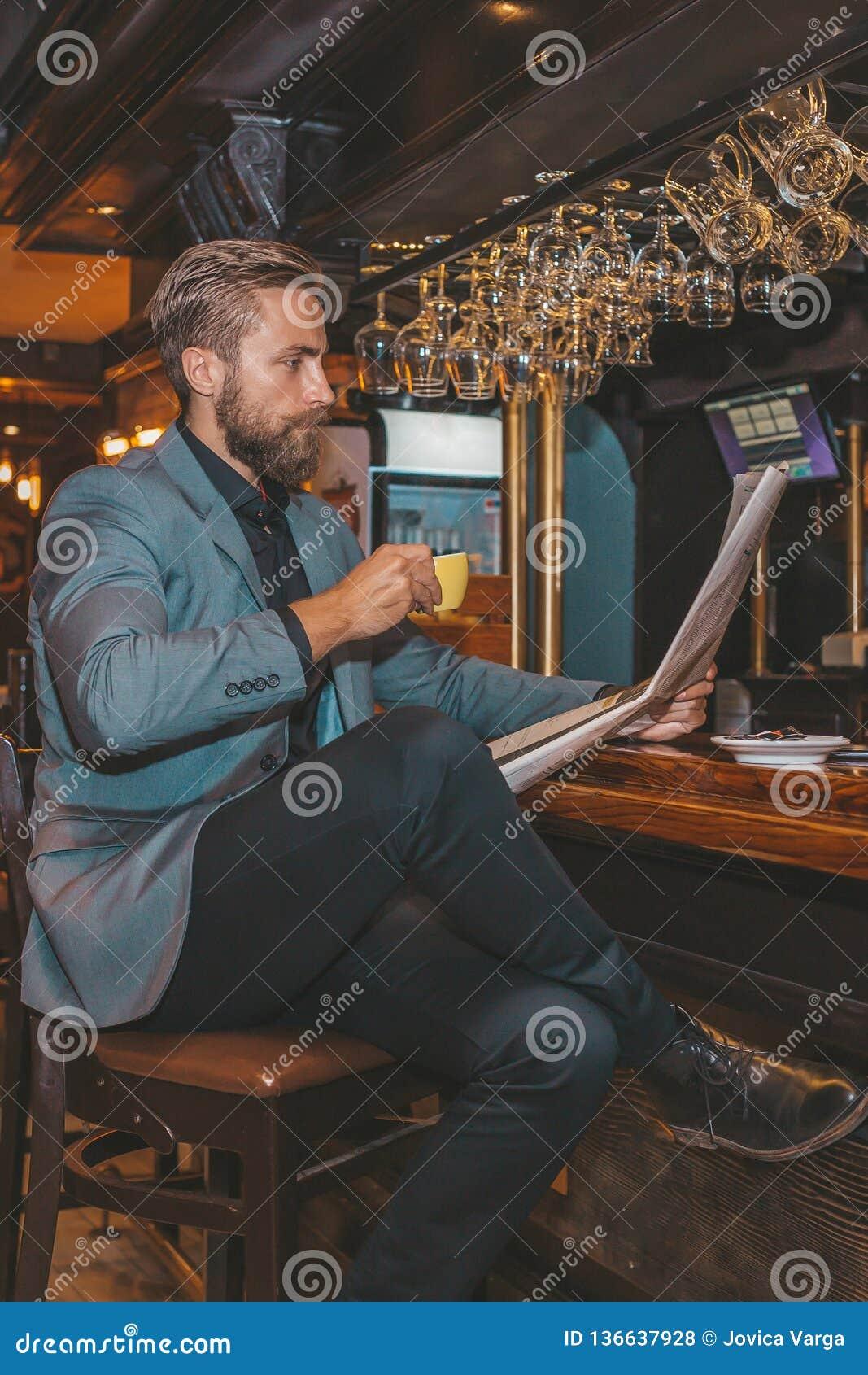 Homme d affaires barbu lisant un journal
