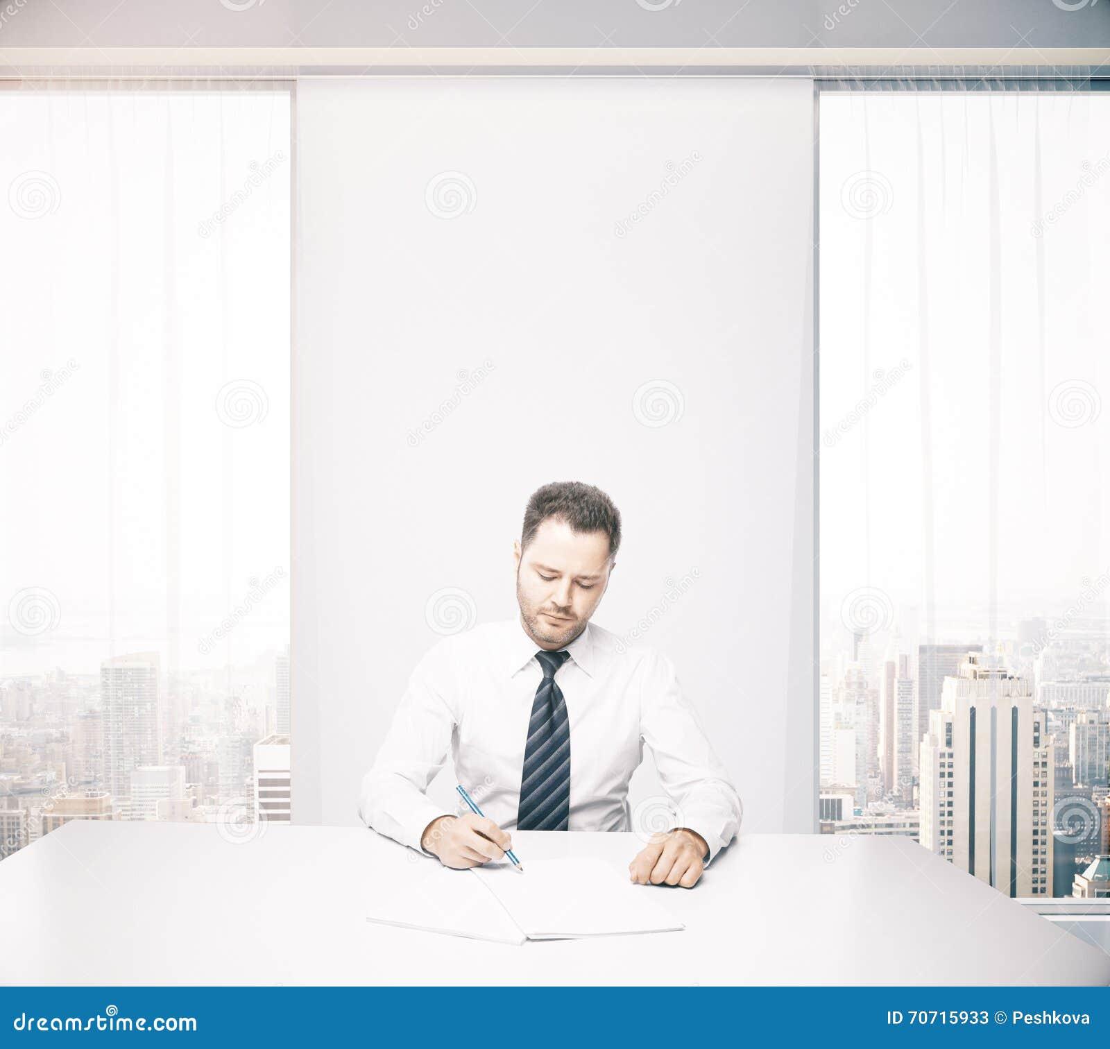 Homme d affaires bel au bureau