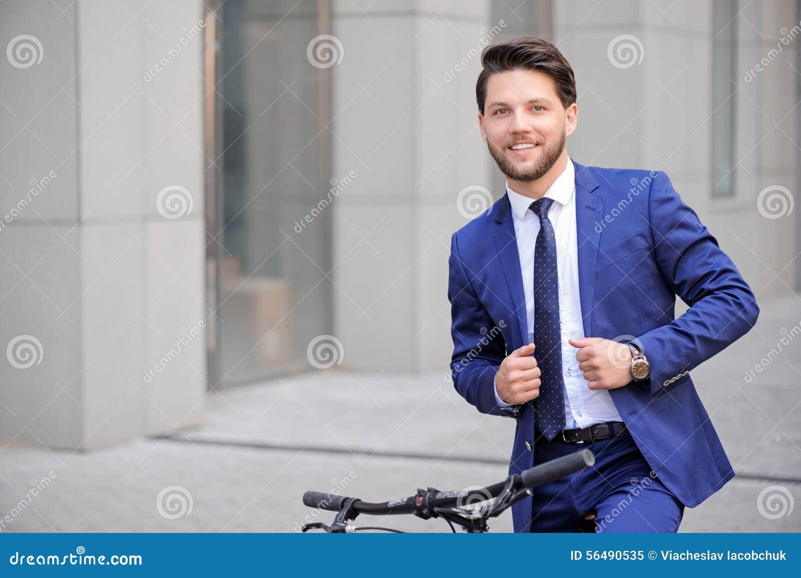 Homme d affaires bel montant sa bicyclette