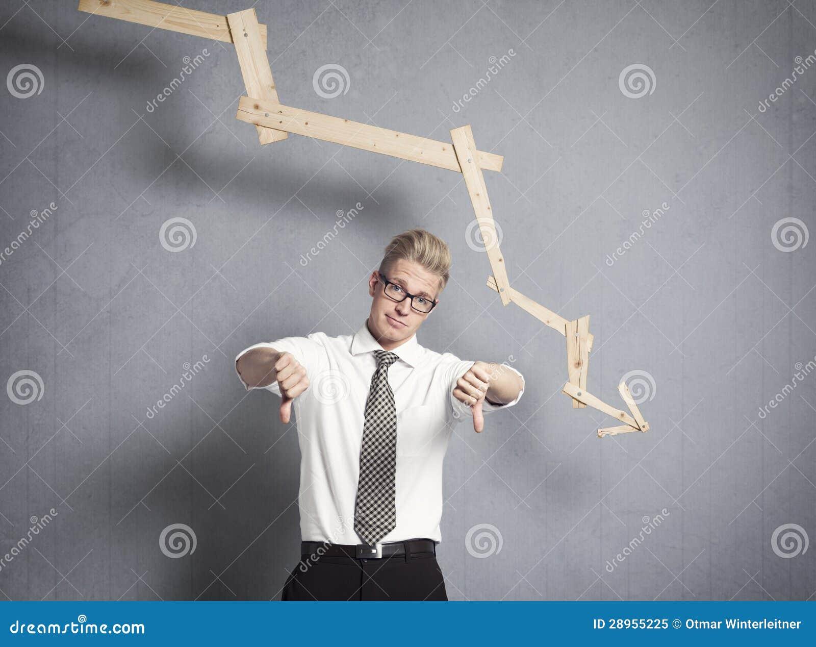 Homme d affaires bouleversé devant le graphique décroissant.