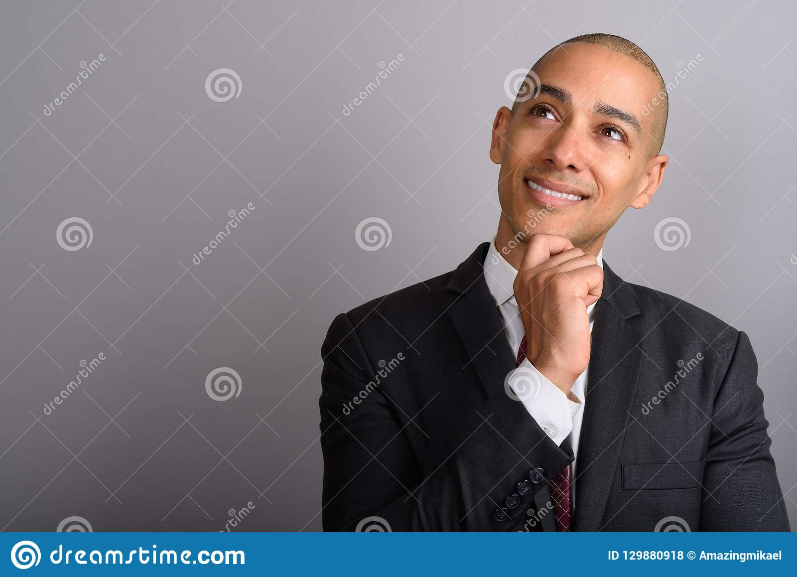 Homme d affaires chauve bel imaginant et regardant