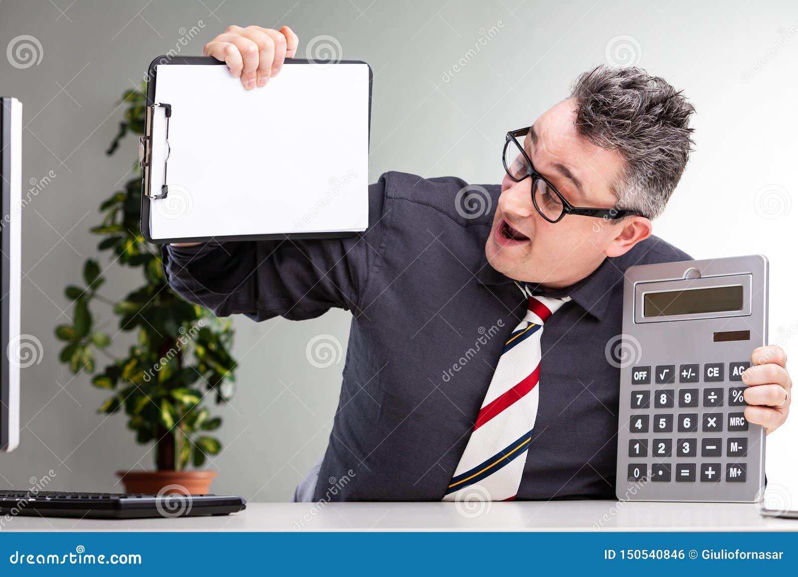 Homme d affaires comblé montrant ses finances