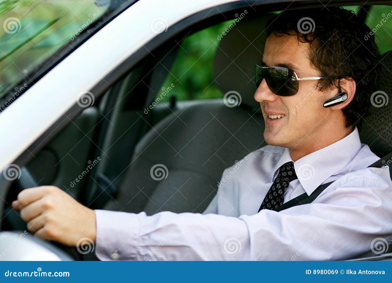 Homme d affaires conduisant avec le bluetooth