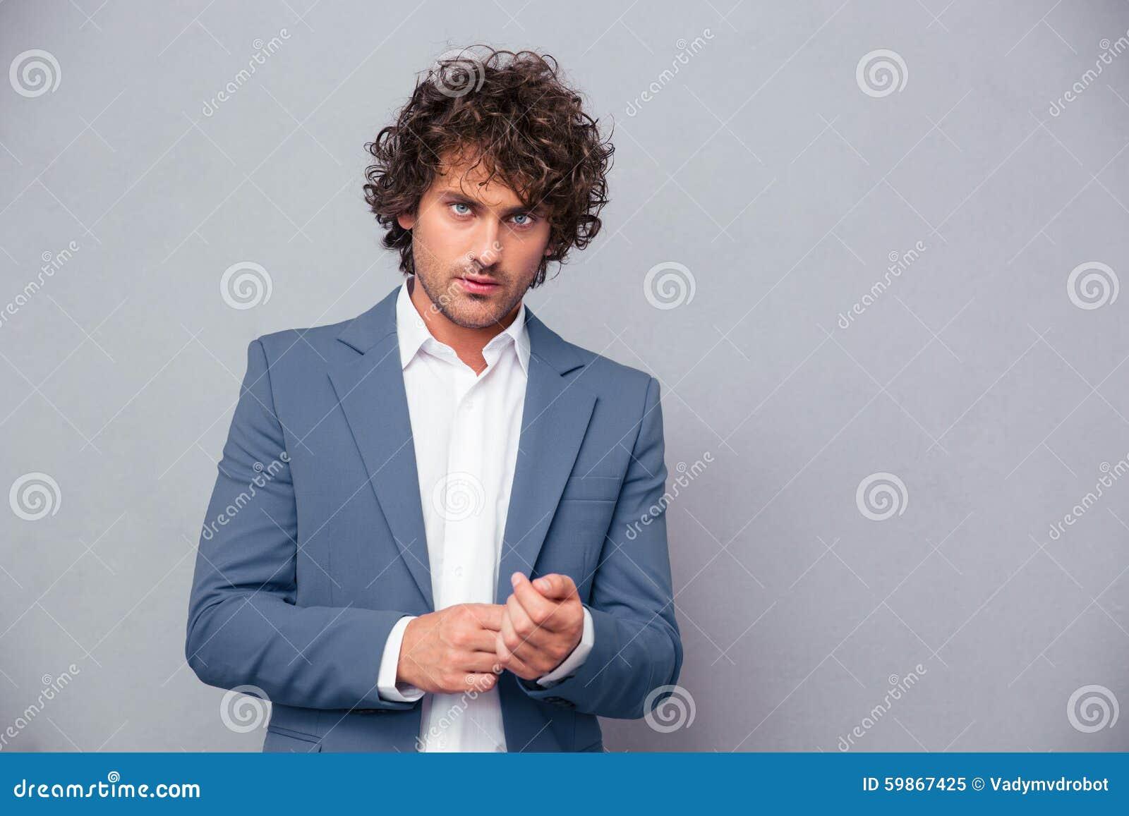 Homme d affaires confiant regardant l appareil-photo