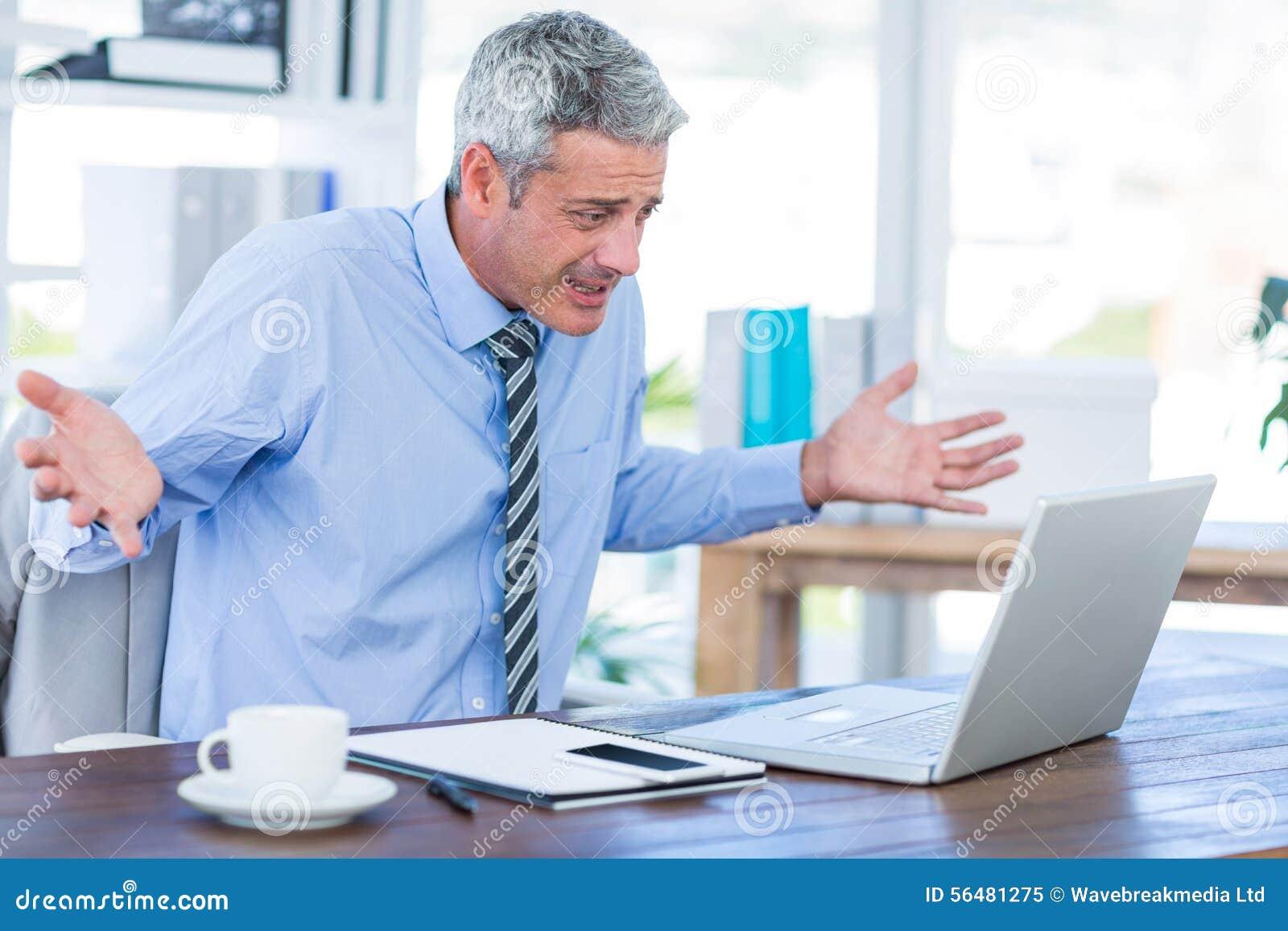 Homme d affaires confus regardant l ordinateur portable