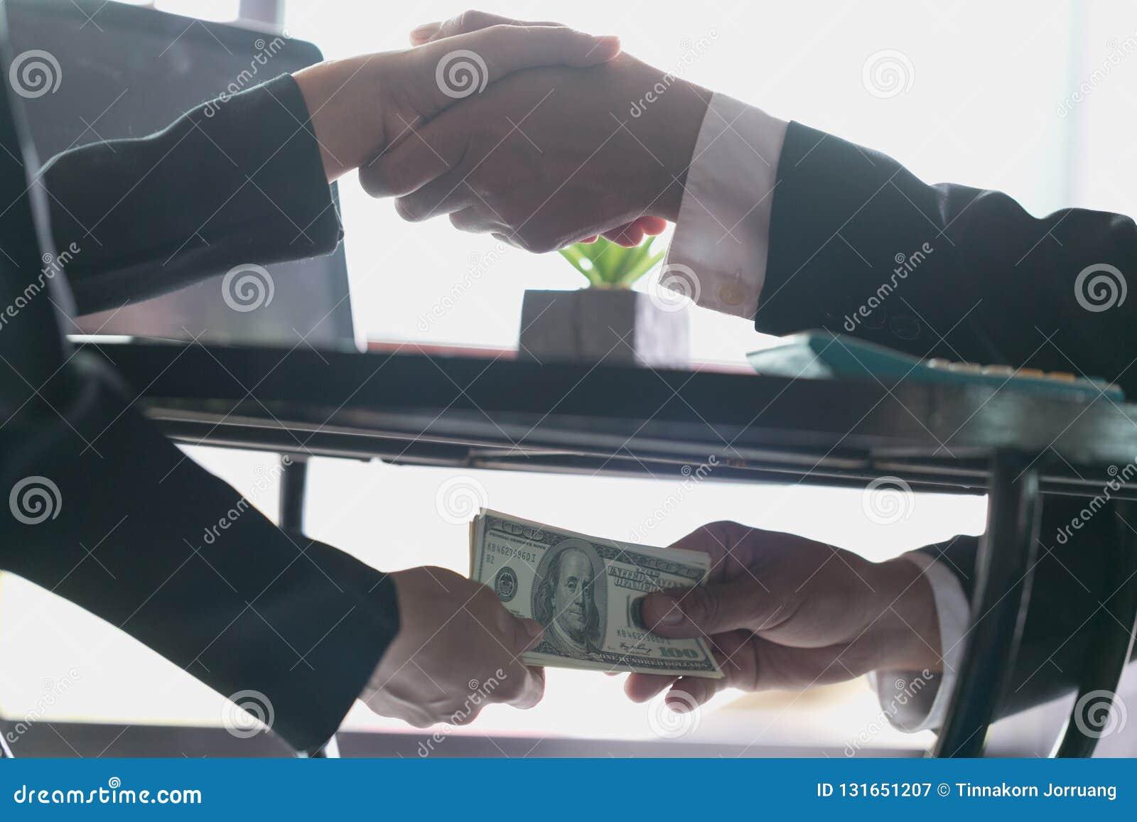 Homme d affaires corrompu scellant l affaire avec une poignée de main et recevant un argent de paiement illicite, un anti corrupt