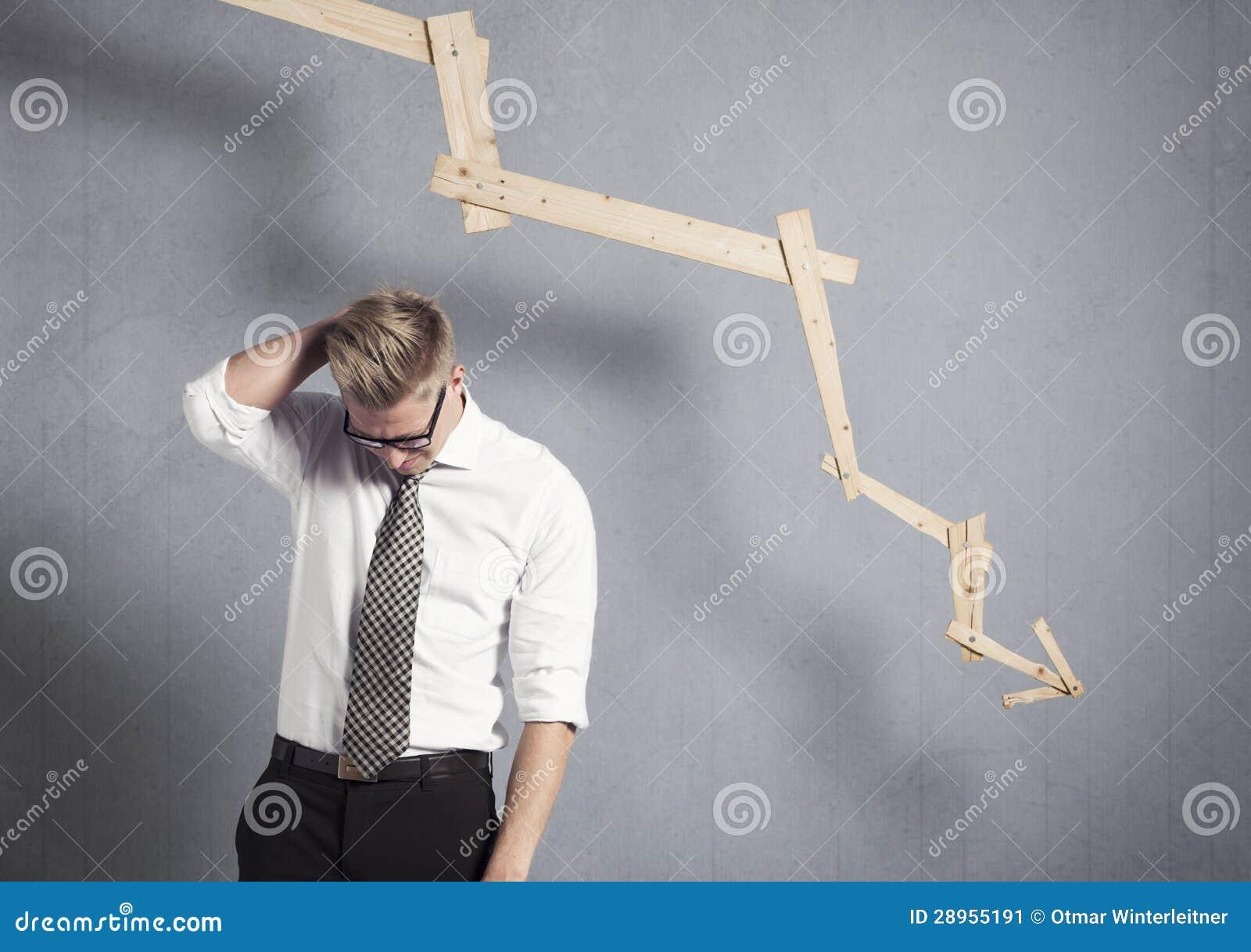Homme d affaires déçu devant le graphique se dirigeant vers le bas.