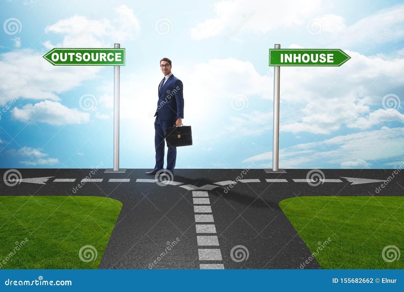 Homme d affaires décidant entre externaliser et interne