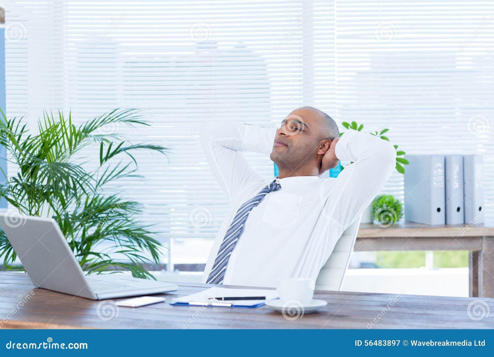 Homme d affaires décontracté se couchant dans la chaise pivotante
