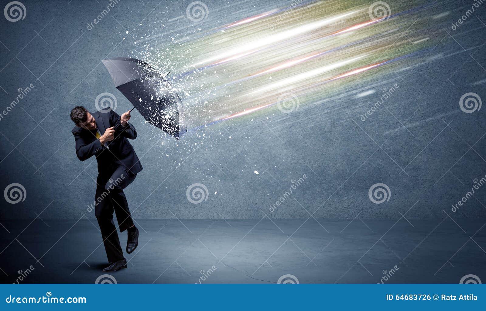Homme d affaires défendant les faisceaux lumineux avec le concept de parapluie