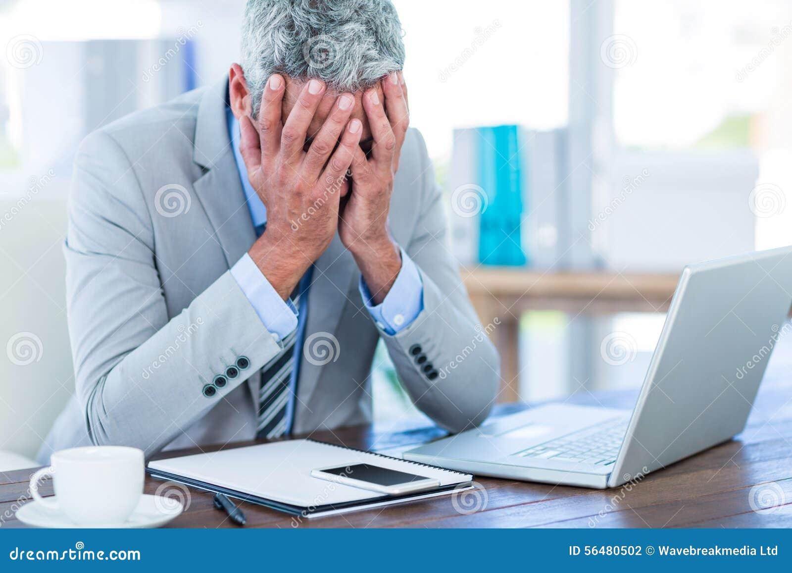 Homme d affaires déprimé avec des mains sur la tête