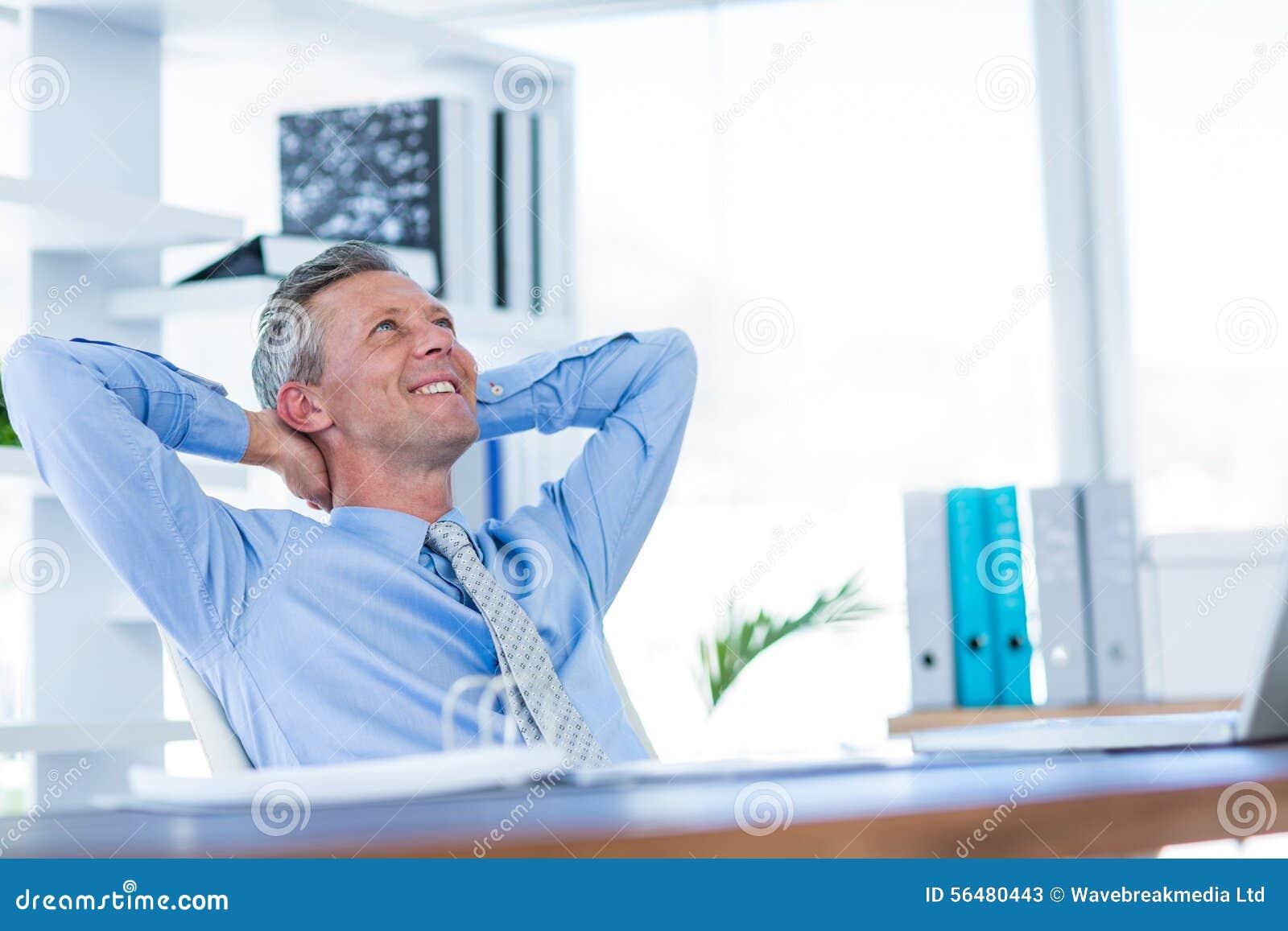 Homme d affaires détendant dans la chaise pivotante