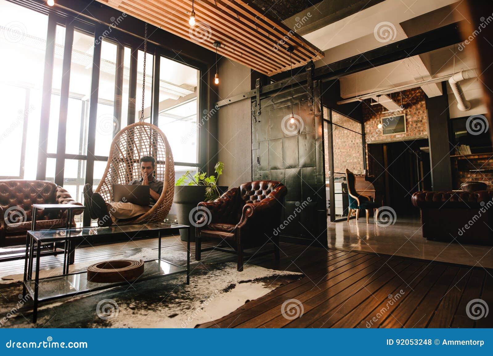 Homme d affaires détendant dans le salon de bureau avec l