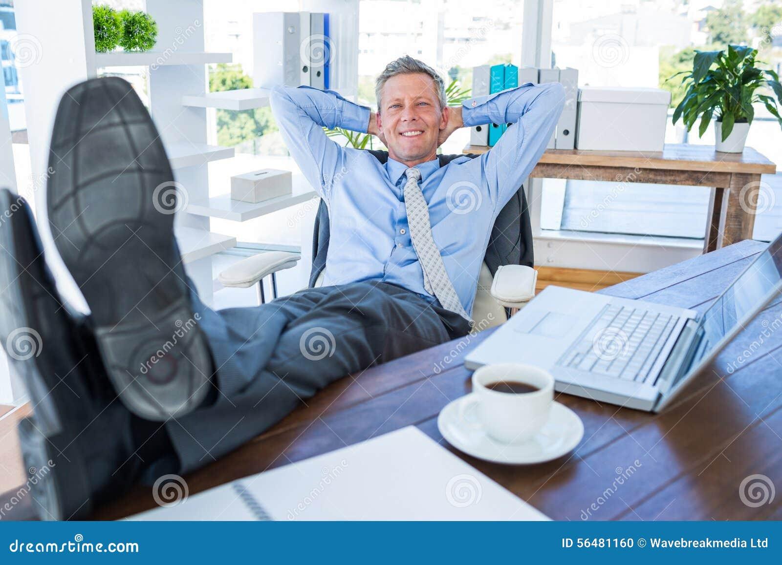 Homme d affaires détendant dans une chaise pivotante
