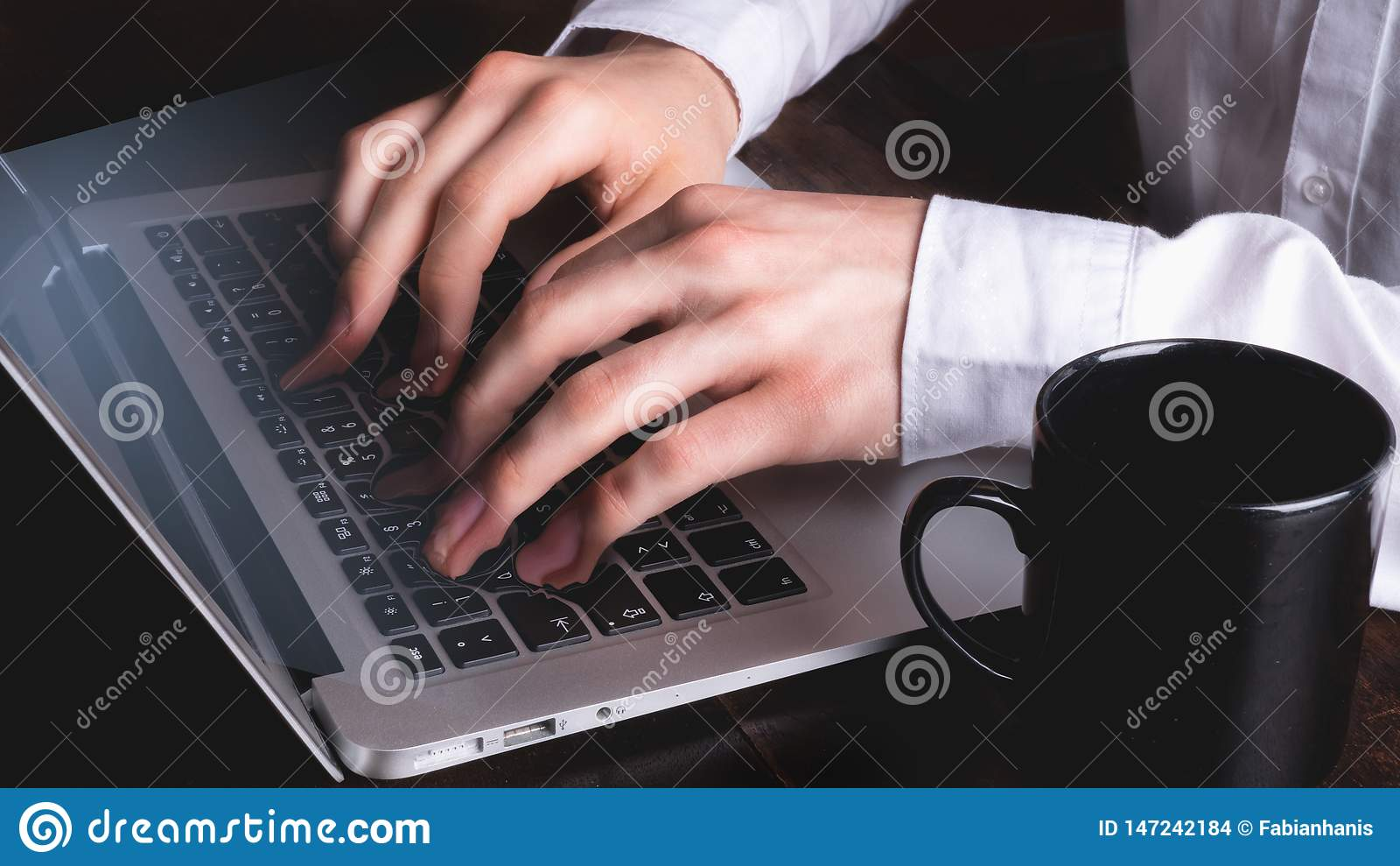 Homme d affaires dactylographiant sur le clavier d ordinateur portable tandis que les doigts et les clés fondent - surréaliste
