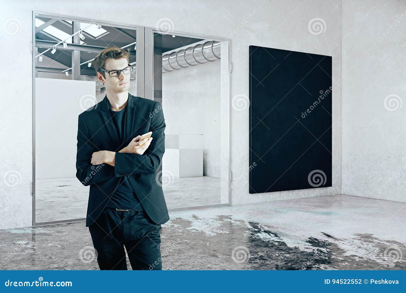 Homme d affaires dans la chambre avec le tableau noir photo stock