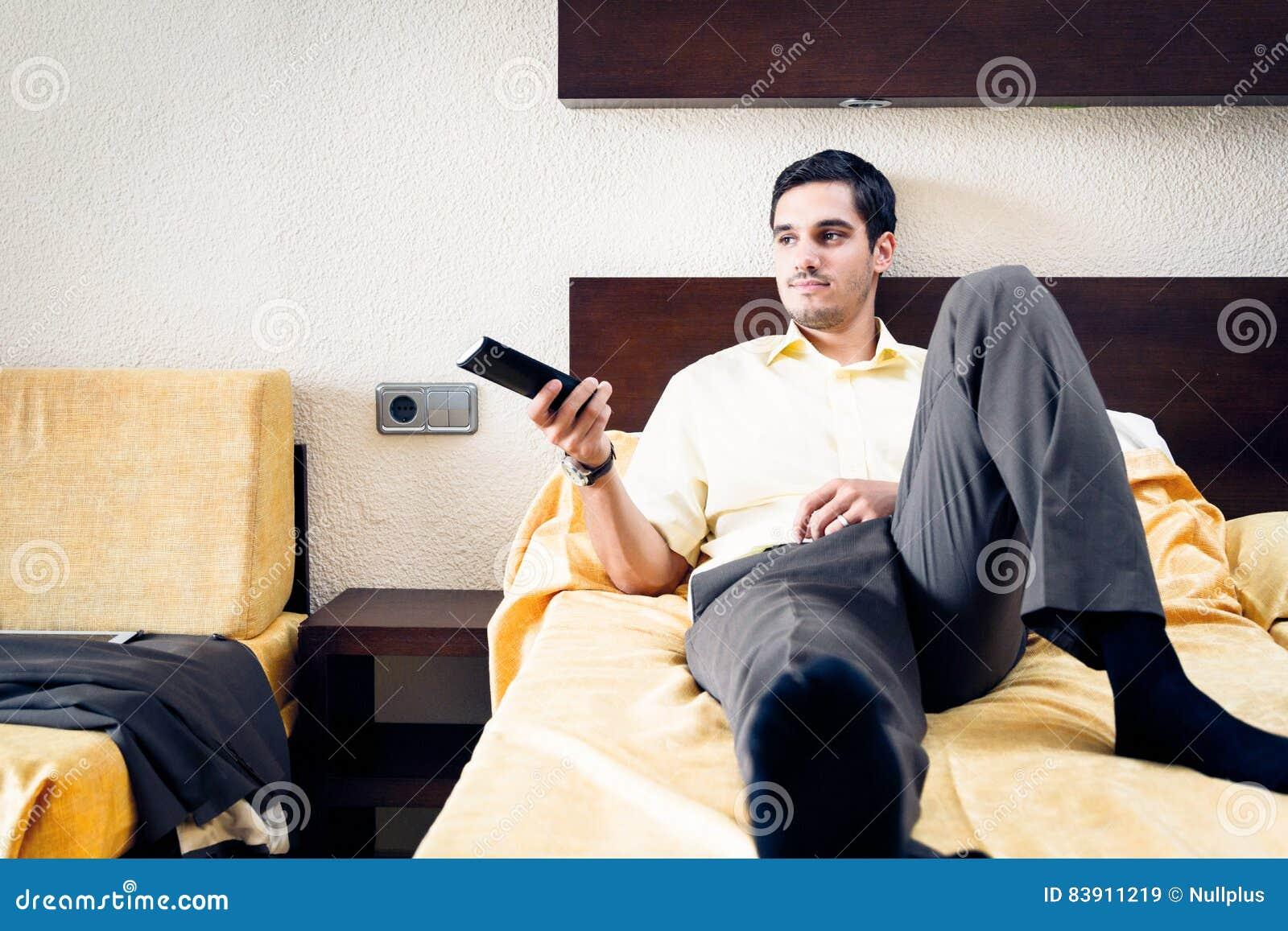 Homme d affaires dans la chambre d hôtel