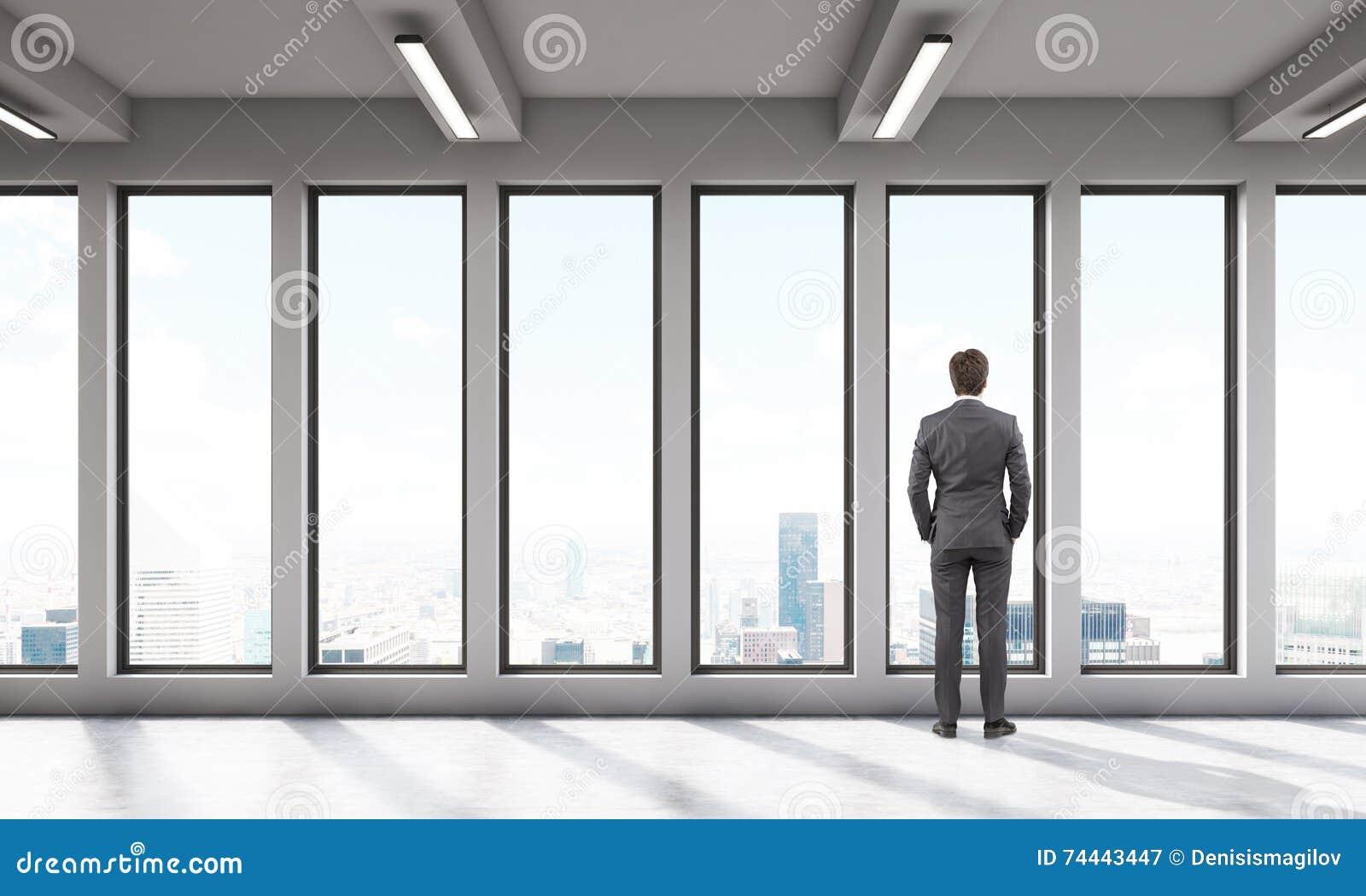 Homme d affaires dans la chambre de bureau avec de grandes