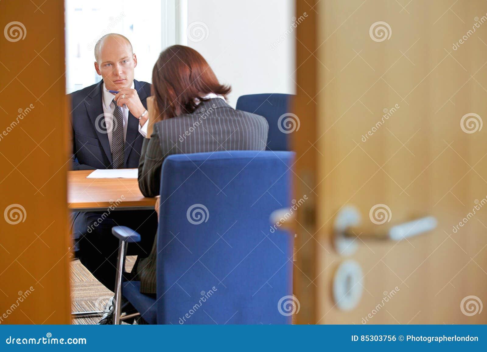 Homme d affaires dans la discussion avec la femme d affaires