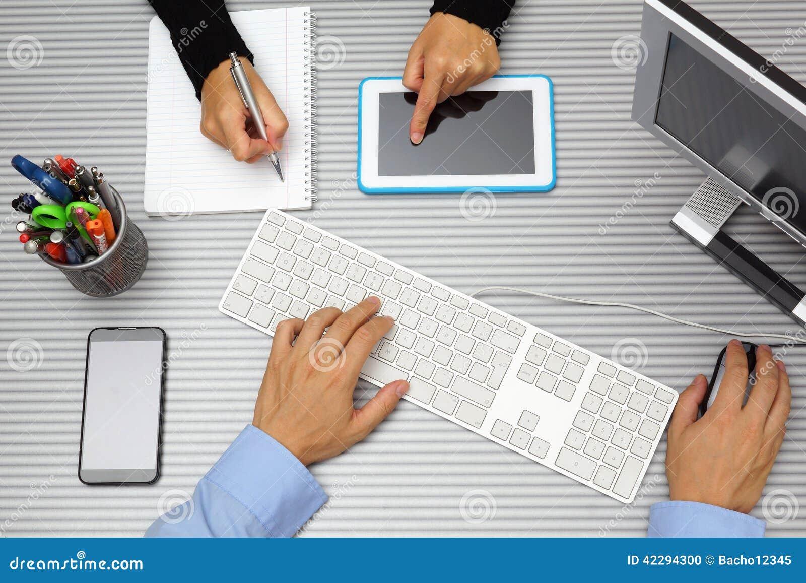 Homme d affaires dans la femme d affaires travaillant ensemble dans le bureau Utilisant t
