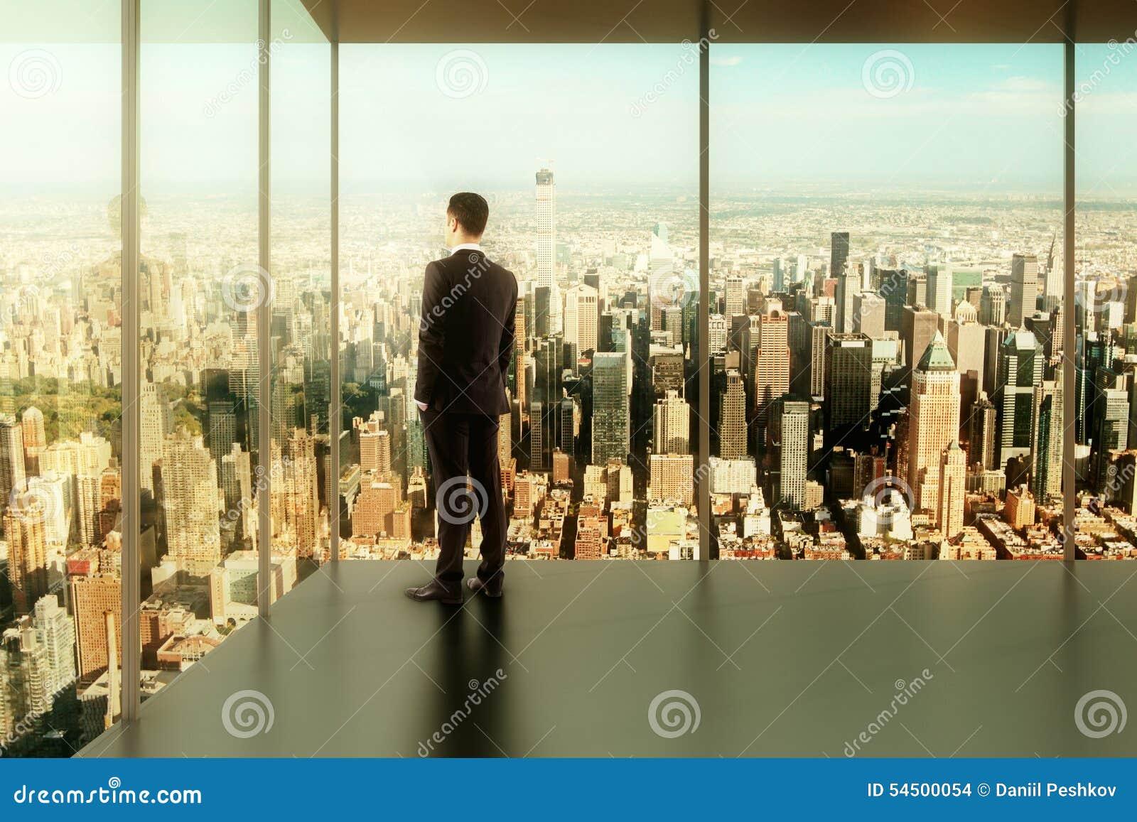 Homme d affaires dans le bureau moderne avec vue sur la ville