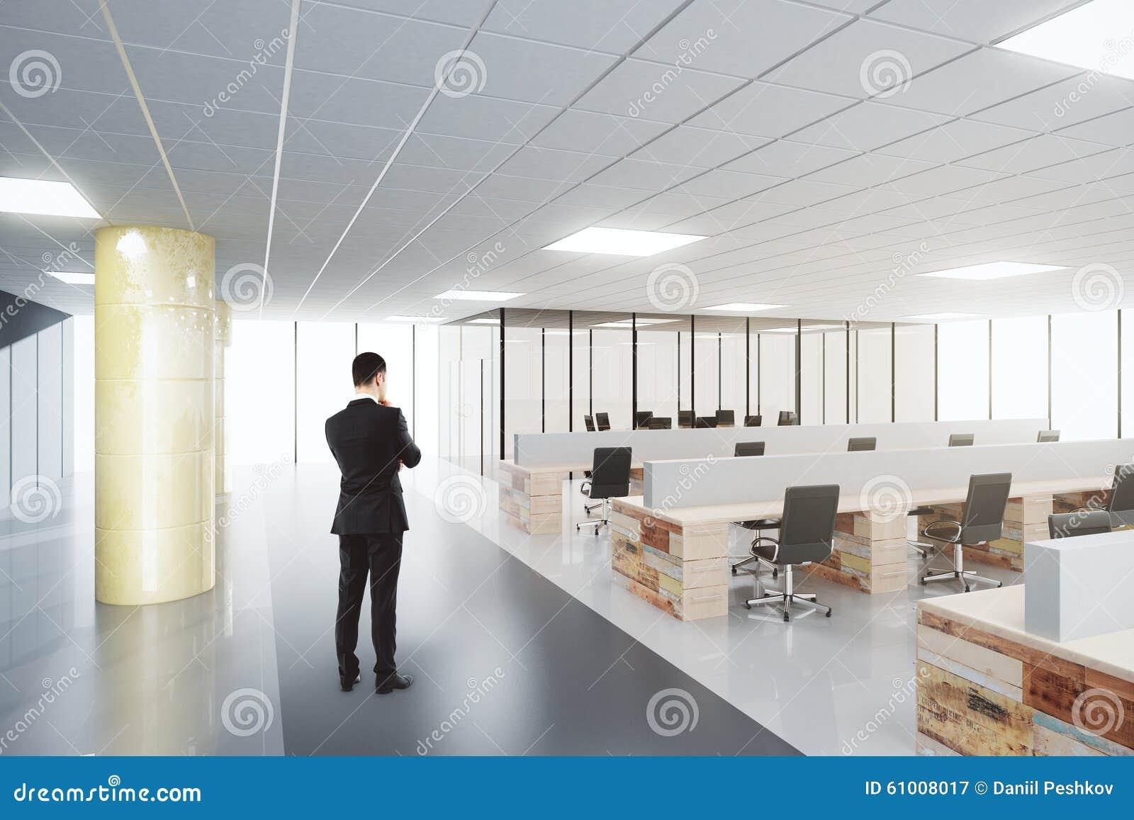 Homme d affaires dans le bureau moderne de l espace ouvert image