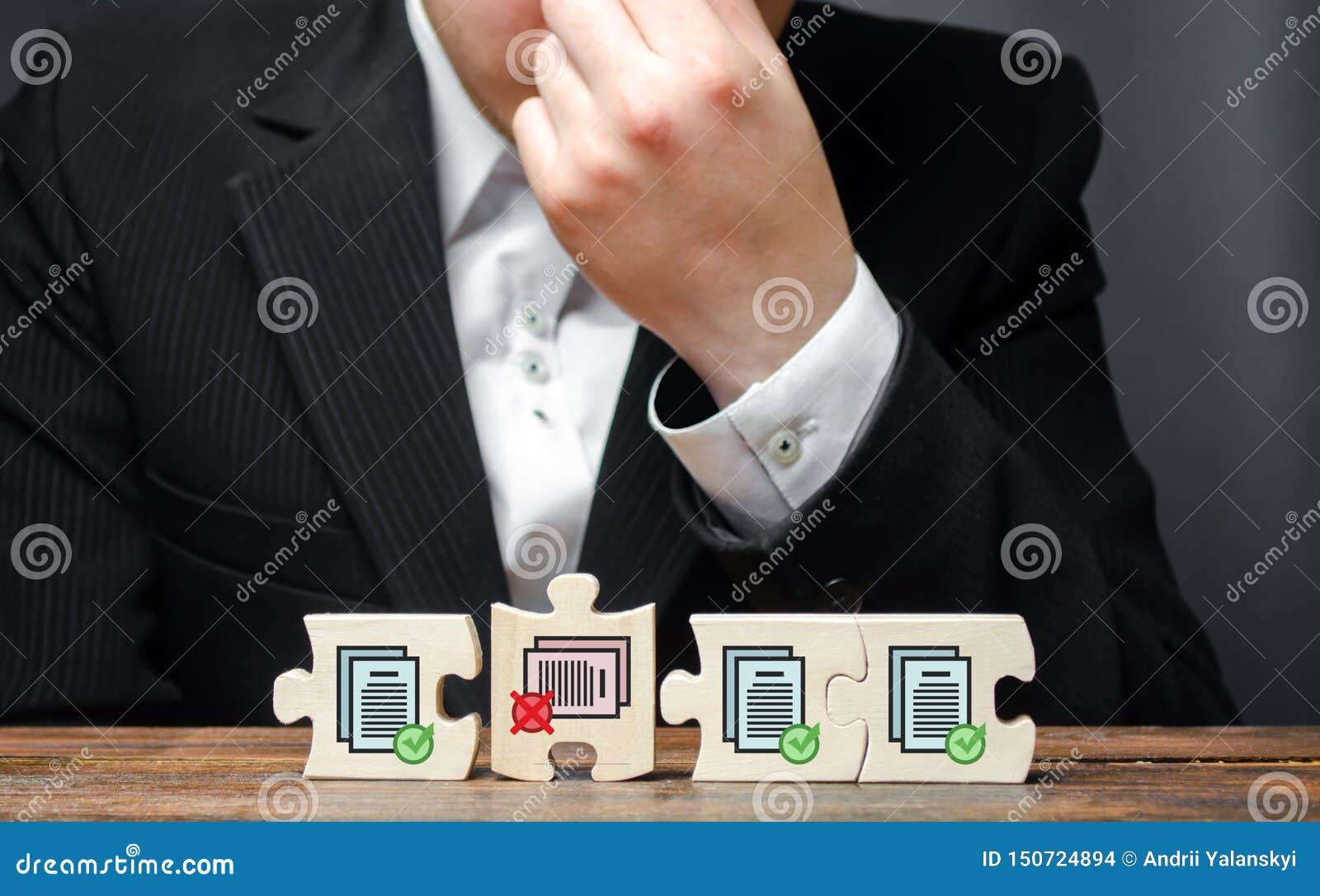 Homme d affaires dans le désordre de l incapacité d accomplir la collection d autorisations pour davantage de travail Coûts burea