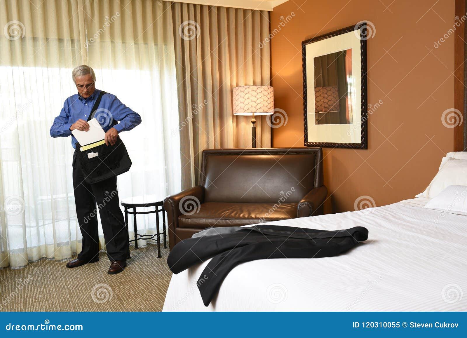 Concept De Voyage Du0027affaires : Homme Du0027affaires Dans Sa Chambre Du0027hôtel  Emballant Son Sac Pour Le Jour Lu0027art De Mur Est Seulement Réflexion De  Fenêtre Et De ...