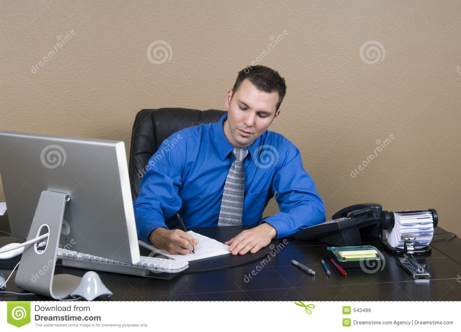 Homme d 39 affaires dans son bureau images libres de droits for Bureau homme