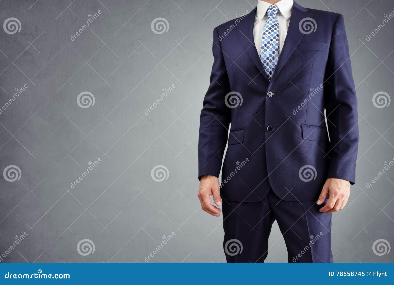 Homme d affaires dans un costume d isolement sur le fond gris