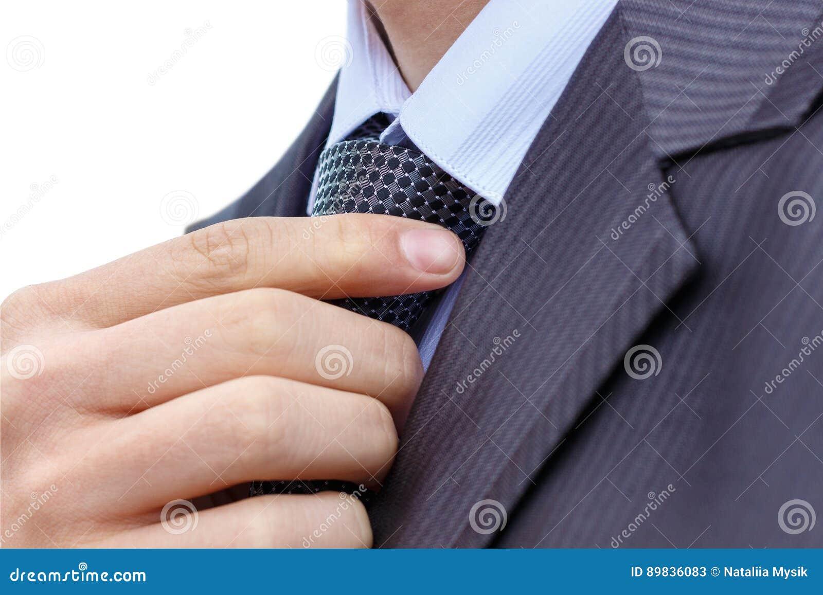Homme d affaires dans un costume fixant le sien lien