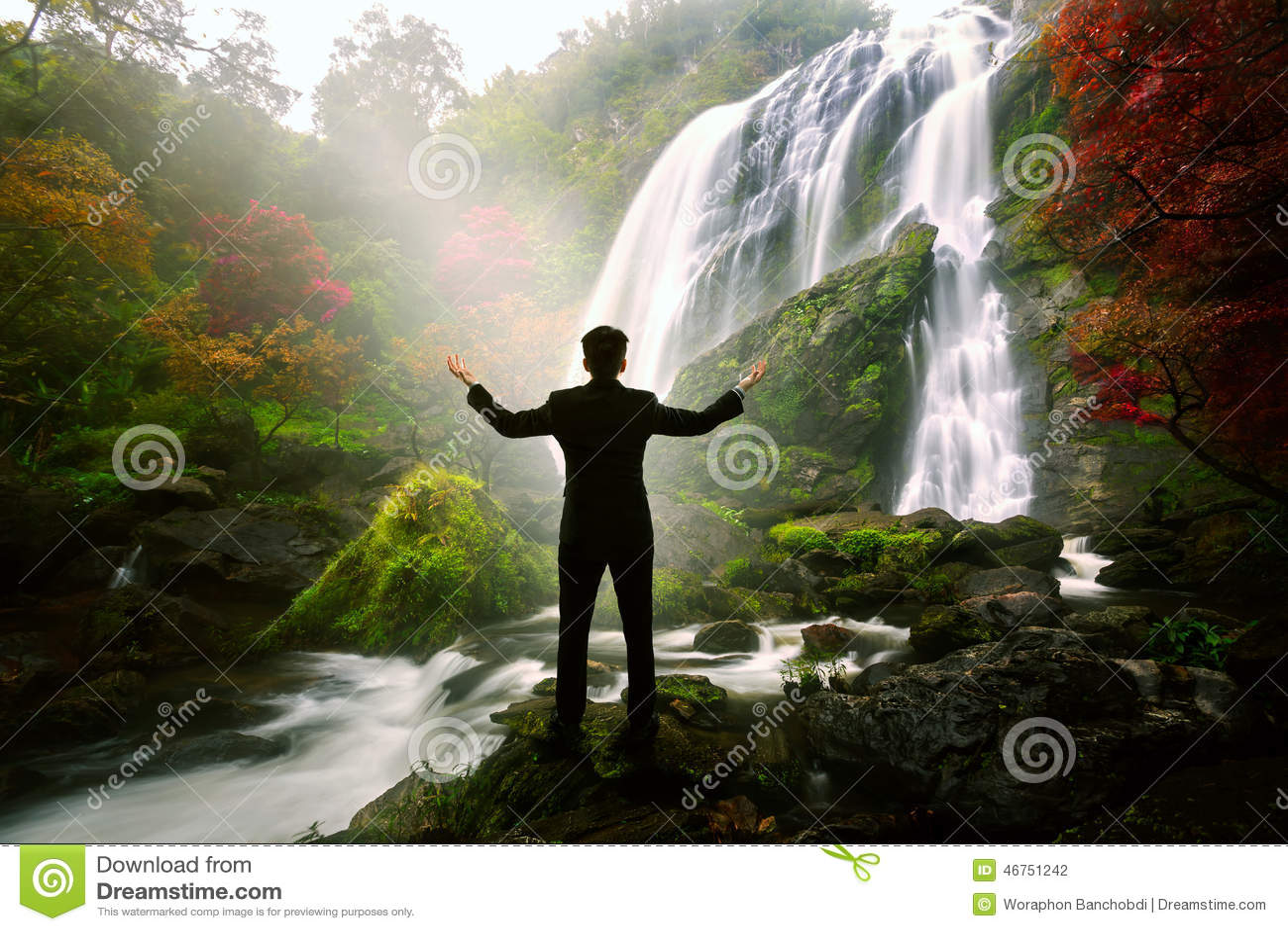 Homme d affaires de détente se tenant à la cascade