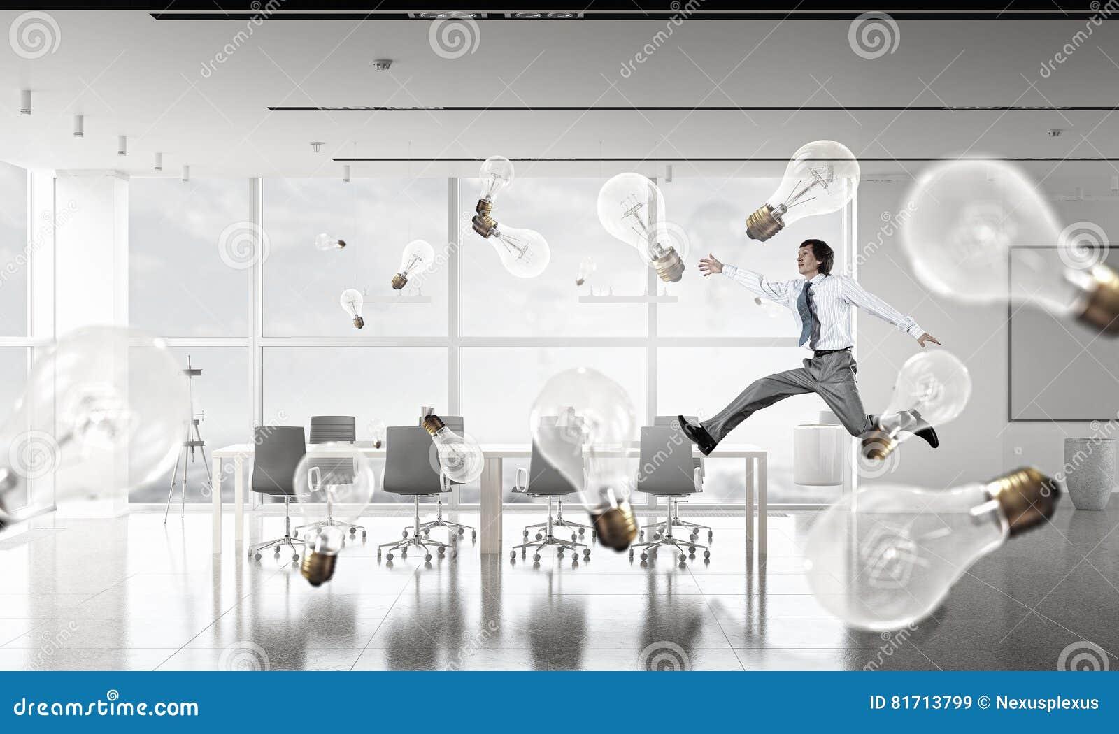 Homme d affaires de danse dans la chambre de bureau image stock