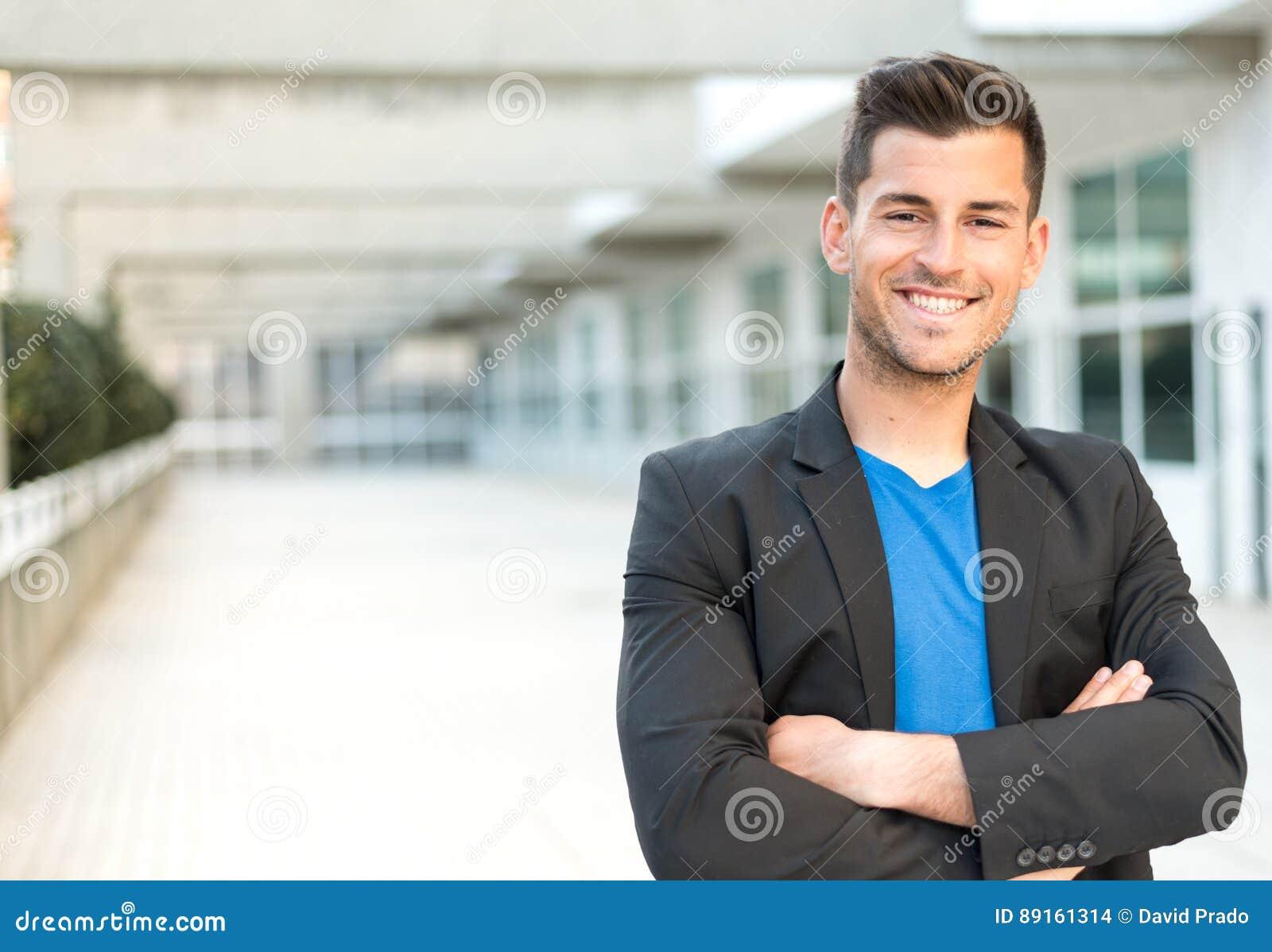 Homme d affaires de sourire de bras croisé par homme