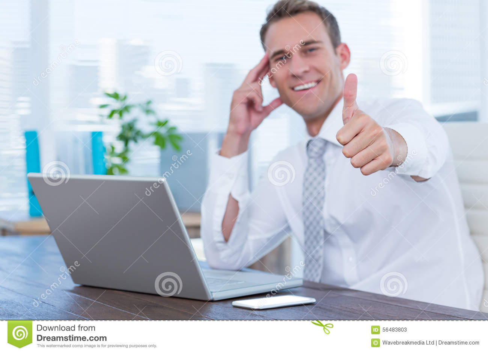 Homme d affaires de sourire faisant des gestes des pouces