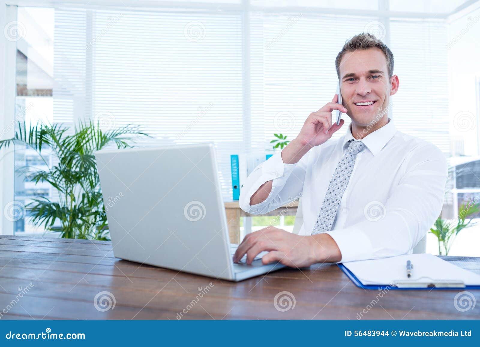 Homme d affaires de sourire parlant au téléphone