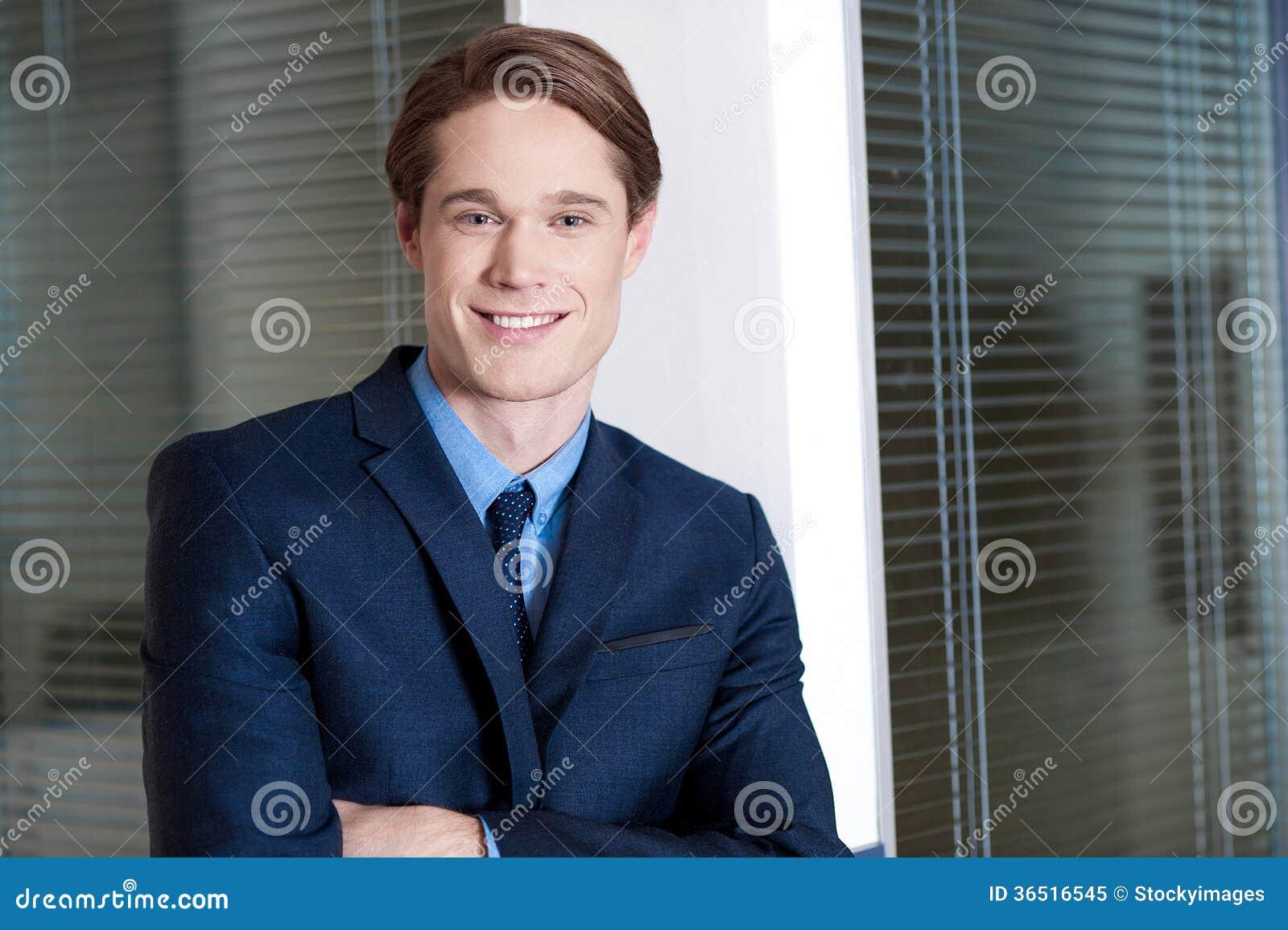 Homme d affaires de sourire posant avec confiance