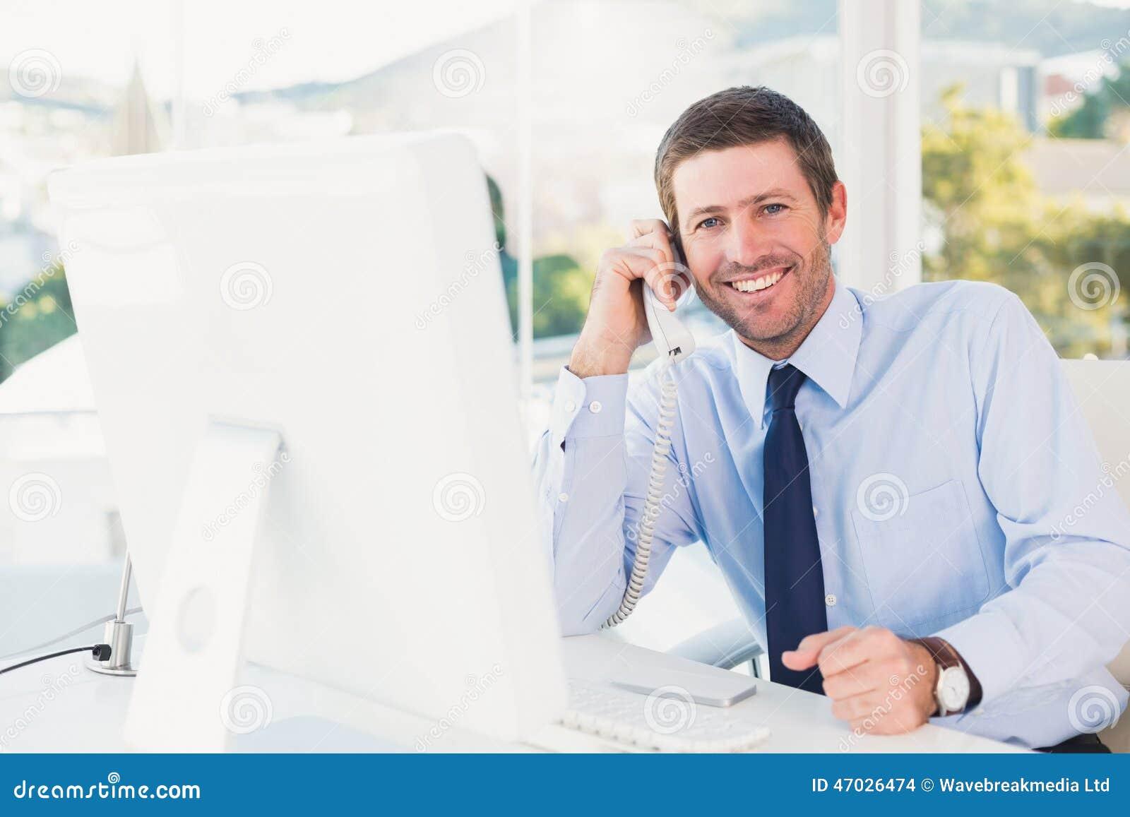 homme d 39 affaires de sourire t l phonant son bureau photo stock image du l gant technologie. Black Bedroom Furniture Sets. Home Design Ideas
