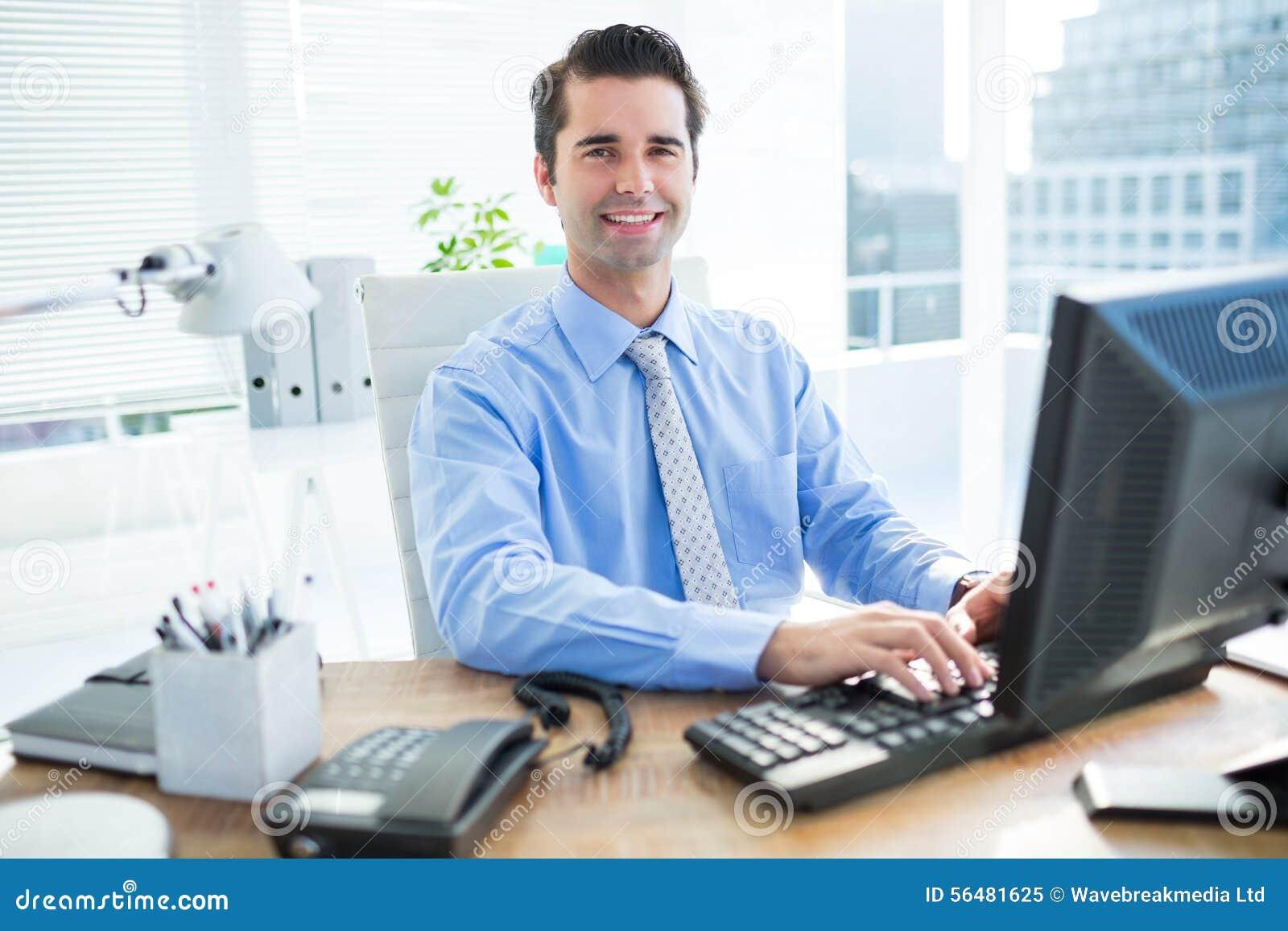 Homme d affaires de sourire utilisant l ordinateur