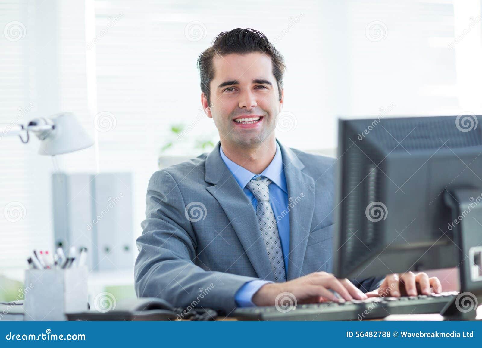 Homme d affaires de sourire utilisant son ordinateur