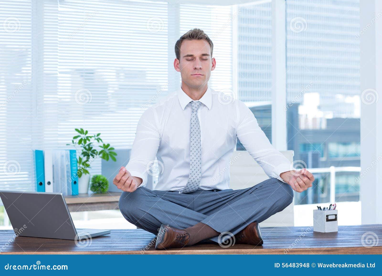 Homme d affaires de zen faisant la méditation de yoga
