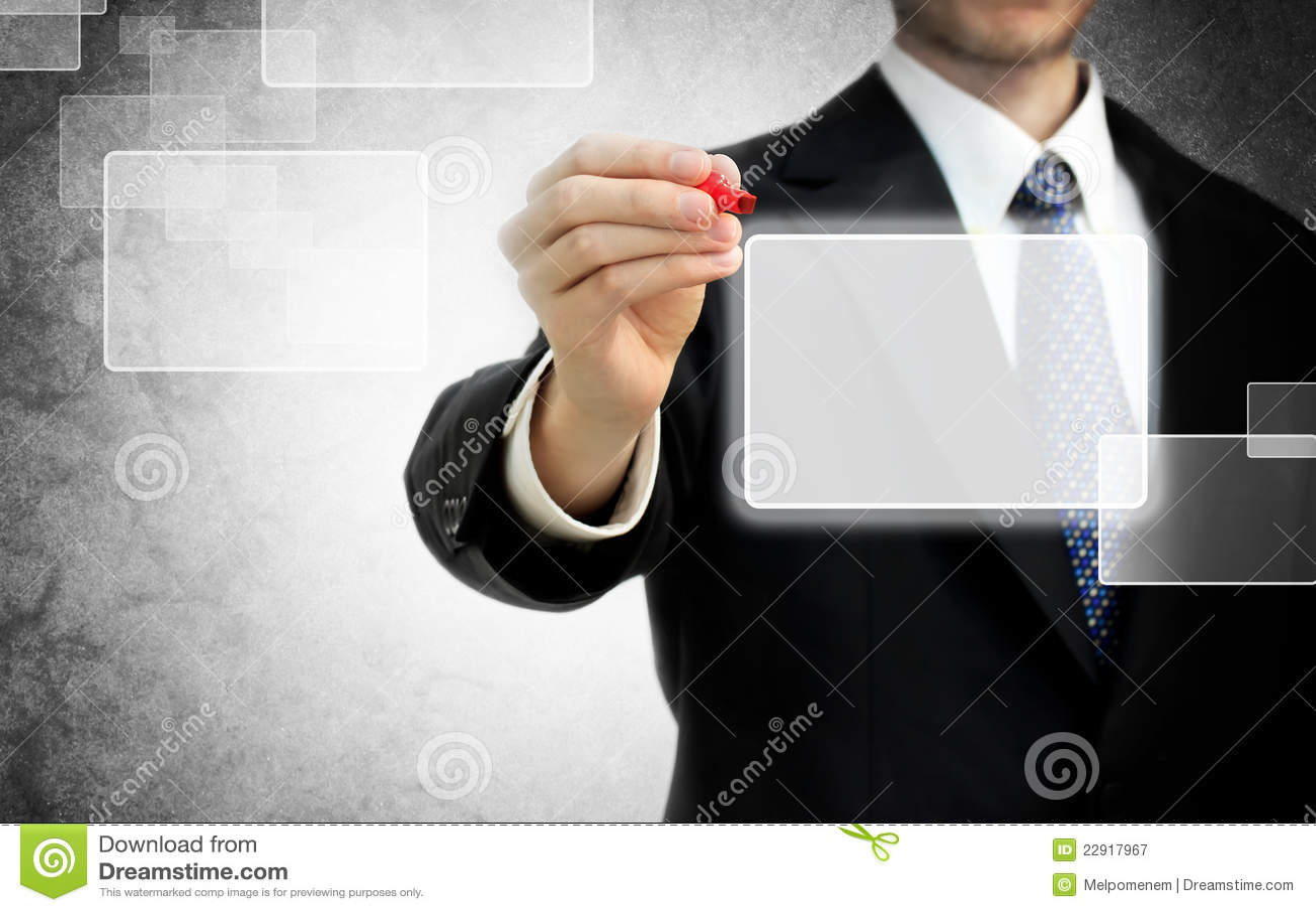 Homme d affaires devant l écran tactile