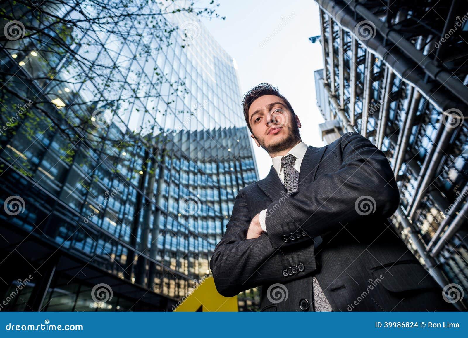 Homme d affaires devant ses bureaux