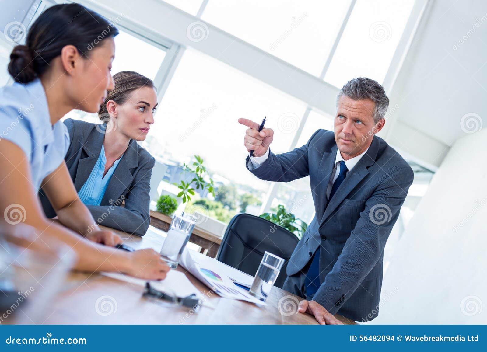 Homme d affaires dirigeant ses collègues au cours de la réunion
