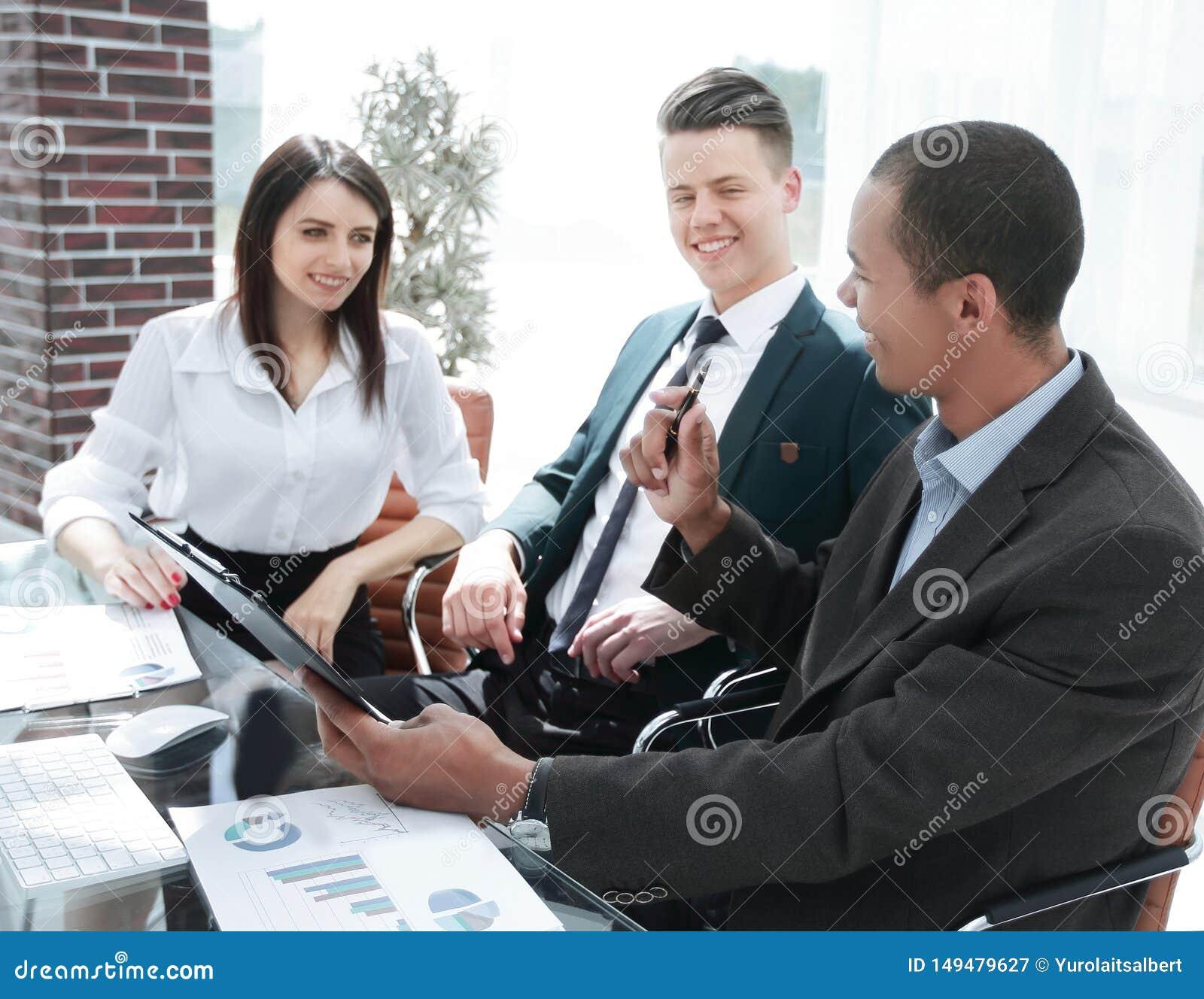 Homme d affaires discutant avec les documents financiers d ?quipe d affaires