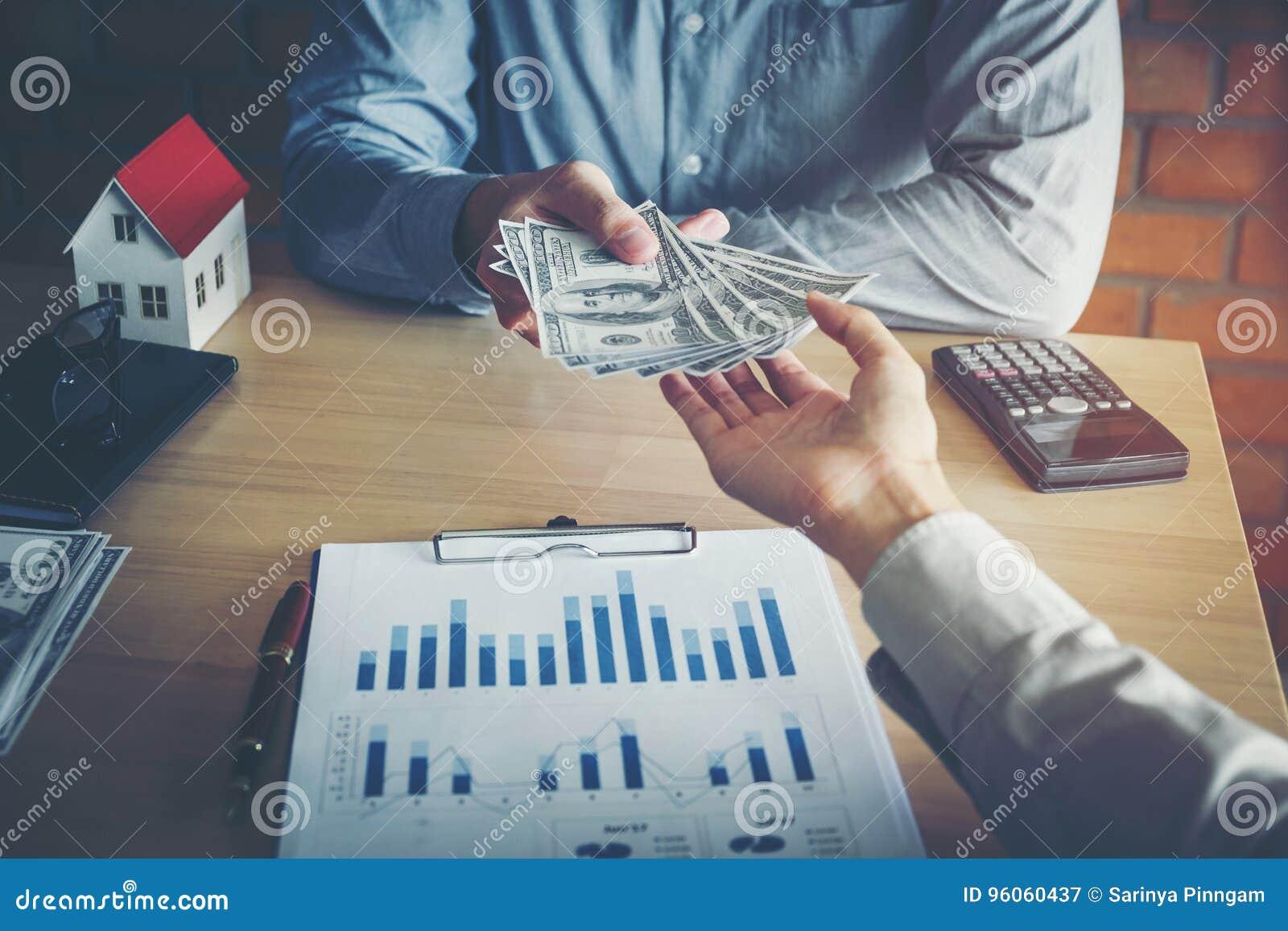 Homme d affaires donnant l argent à l associé tout en faisant contre